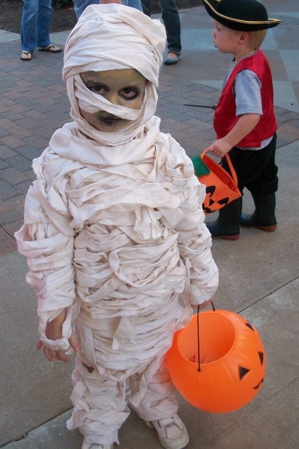 15+ DIY Ideas And Tutorials To Make A Mummy Costume 2018